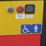 """""""Ciepły przycisk"""" służący do samodzielnego otwierania drzwi oraz wizualna informacja, że drzwi umożliwiają wjazd wózkom inwalidzkim."""