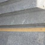 Żółty pas przy schodach