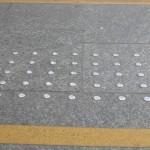 Guzki ostrzegawcze oraz żółty pas przy schodach.