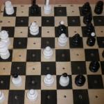 Szachownica oraz figury szachowe w jakie mogą grać osoby niewidome.