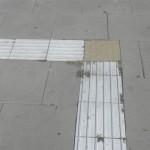 Zakręcająca ścieżka do prowadzenia białej laski dla osób niewidomych.