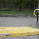Na żółto pomalowany schodek prowadzący do góry.