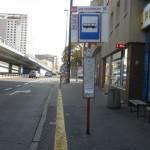 Przystanek autobusowy z zaznaczonym żółtym pasem przy zejściu na ulice.