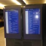Elektroniczna tablica informacyjna z zachowaniem wysokiego kontrastu.