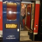 Wejście do pociągu z Elektroniczną tablicą informacyjną z zachowaniem wysokiego kontrastu.
