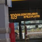 Tablica informacyjna na przedzie autobusu z zachowaniem wysokiego kontrastu
